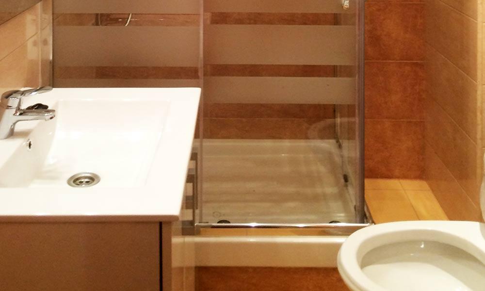 Reformas de ba os y aseos con materiales de primera for Materiales para banos